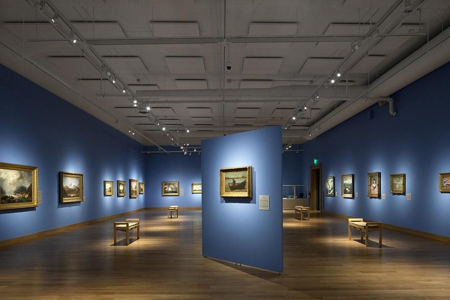 Трековые светильники в музее, треки узкоградусные в интерьере